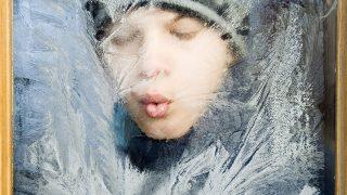 Nagykálló, 2009. január 9.Borsy Béla, a nagykállói általános iskola ötödikes diákja a tanterem ablakát borító jégvirágot nézi, miután az önkormányzat a mai naptól rendkívüli tanítási szünetet rendelt el január 19-ig. Az intézkedés 2300 gyereket érint. Hat épületben, az általános-, közép- és szakiskolában, valamint a kollégiumban, a könyvtárban és a művelődési központban tíz napig szüneteltetik a fűtést, amivel mintegy ötmillió forintot takarítanak meg. A döntést az is indokolta, hogy az elavult fűtési rendszerekkel már nem tudták az épületeket 18 Celsius-foknál melegebbre felfűteni aminek következtében az alsó tagozatos osztályokban többen megbetegedtek.MTI Fotó: Balázs Attila