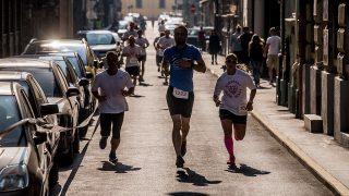 Budapest, 2016. október 1.A Snake run futóverseny a Budapest Urban Games utcai olimpián a fővárosi Klauzál tér melletti utcában 2016. október 1-jén. A verseny a főváros és a BVA Budapesti Városarculati Nonprofit kft. rendhagyó sporteseménye a Budapest 2024 támogatásával, amely a városi sportolás népszerűsítésére és a helyi sportközösségek támogatására jött létre.MTI Fotó: Balogh Zoltán