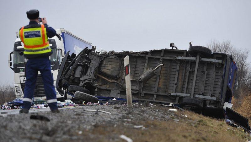 Karcag, 2017. január 13. Rendõr helyszínel 2017. január 13-án a 4-es fõúton Püspökladány és Karcag között, ahol egy tehergépkocsi és egy kisbusz ütközött össze. A balesetben egy férfi meghalt. MTI Fotó: Czeglédi Zsolt