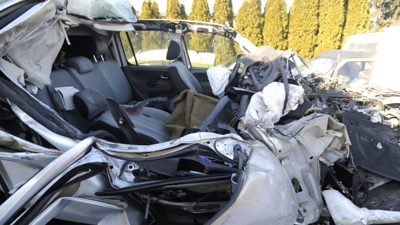 Újhartyán, 2017. január 19. Összeroncsolódott kisteherautó egy újhartyáni roncstelepen 2017. január 19-én. A jármû hátulról belehajtott egy kamionba az M5-ös autópálya 38-as kilométerszelvényénél, Újhartyán térségében, a fõváros felé vezetõ oldalon. A kisteherautó sofõrje könnyebben sérült meg, utasa azonban a helyszínen meghalt. MTI Fotó: Mihádák Zoltán