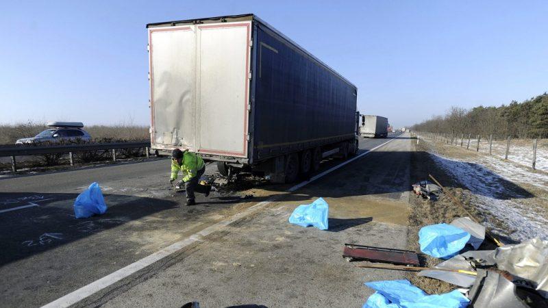 Újhartyán, 2017. január 19. Összetört kamion az M5-ös autópálya 38-as kilométerszelvényénél, Újhartyán térségében, a fõváros felé vezetõ oldalon 2017. január 19-én, miután a jármûbe hátulról belerohant egy kisteherautó, amelynek sofõrje könnyebben sérült meg, utasa azonban a helyszínen meghalt. MTI Fotó: Mihádák Zoltán
