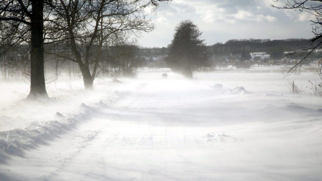 Zalaszentbalázs, 2015. február 8. Hóátfúvás a Zalaszentbalázs és Gelse közötti úton 2015. február 8-án, ahol több autó elakadt. MTI Fotó: Varga György