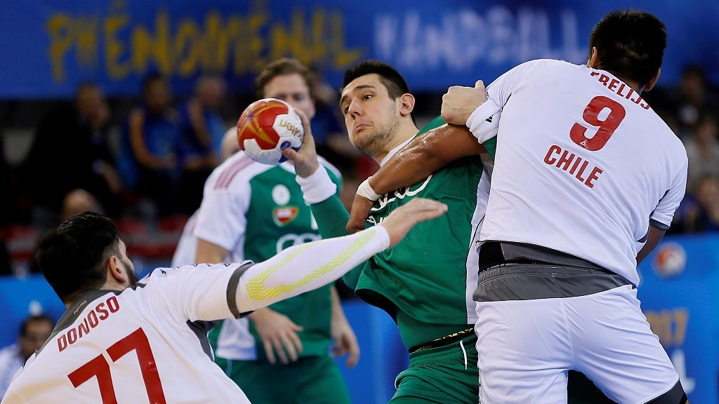 Chile's back Victor Donoso (L) and Chile's pivot Javier Frelijj (R) hold back Hungary's pivot Bence Banhidi during the 25th IHF Men's World Championship 2017 Group C handball match Hungary vs Chile on January 16, 2017 at the Kindarena in Rouen. / AFP PHOTO / CHARLY TRIBALLEAU