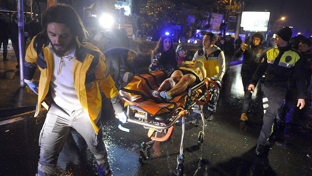 Isztambul, 2017. január 1.Sebesültet szállítanak el Isztambulban 2017. január 1-jén, miután egy Mikulás-ruhás fegyveres tüzet nyitott a Reina klubban szilveszterezőkre. Legalább harminckilenc ember, köztük több külföldi, életét vesztette. (MTI/AP/IHA)