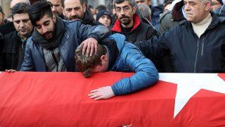 Isztambul, 2017. január 1.A szilveszteréjszakai isztambuli merénylet egyik áldozatát, Ayhan Arikot temetik Isztambulban 2017. január 1-jén. Az éjjel egy fegyveres tüzet nyitott a Reina klubban szilveszterezőkre, és legalább harminckilenc embert, köztük több külföldit, megölt, hatvankilencet megsebesített. (MTI/EPA/Sedat Suna)