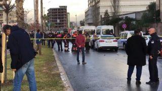 Izmir, 2017. január 5. Az AP amerikai hírügynökség által közreadott, videofelvételérõl készült képen emberek gyülekeznek egy merénylet helyszínén, a törökországi Izmirben 2017. január 5-én, miután gépkocsiba rejtett pokolgép robbant a kikötõváros egyik bírósági épülete elõtt. A támadásban legkevesebb tízen megsebesültek, két elkövetõt a hatóságok lelõttek, egy harmadikat továbbra is üldöznek. (MTI/AP)