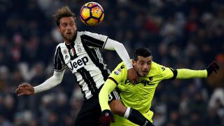 Juventus' midfielder Claudio Marchisio (L) fights for the ball with Bologna's midfielder Blerim Dzemaili from Switzerland during the Italian Serie A football match Juventus Vs Bologna on January 8, 2017 at the 'Juventus Stadium' in Turin.   / AFP PHOTO / MARCO BERTORELLO
