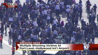 Fort Lauderdale, 2017. január 6. Az NBC televízió Local10 csatornáján közreadott, videofelvételrõl készült kép emberekrõl a floridai Fort Lauderdale nemzetközi repülõtér kifutóján 2017. január 6-án, miután lövöldözés történt az egyik terminál csomagkiadásánál. A legfrissebb hírek szerint öt ember életét vesztette, többen megsebesültek. A helyi rendõrség tájékoztatása szerint a lövöldözõt õrizetbe vették. (MTI/AP/NBC TV Local10)