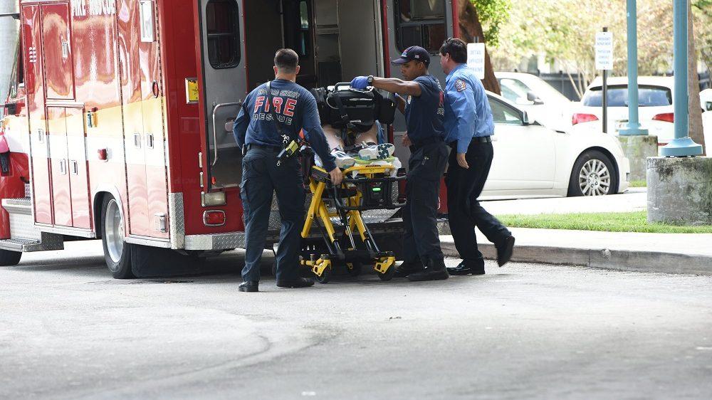 Fort Lauderdale, 2017. január 6. A floridai Fort Lauderdale nemzetközi repülõterén megsebesített áldozatok egyikét viszik a helyi kórházba 2017. január 6-án, miután lövöldözés történt az egyik terminál csomagkiadásánál. A legfrissebb hírek szerint öt ember életét vesztette, többen megsebesültek. A helyi rendõrség tájékoztatása szerint a lövöldözõt õrizetbe vették. (MTI/AP/South Florida Sun-Sentinel/Taimy Alvarez)