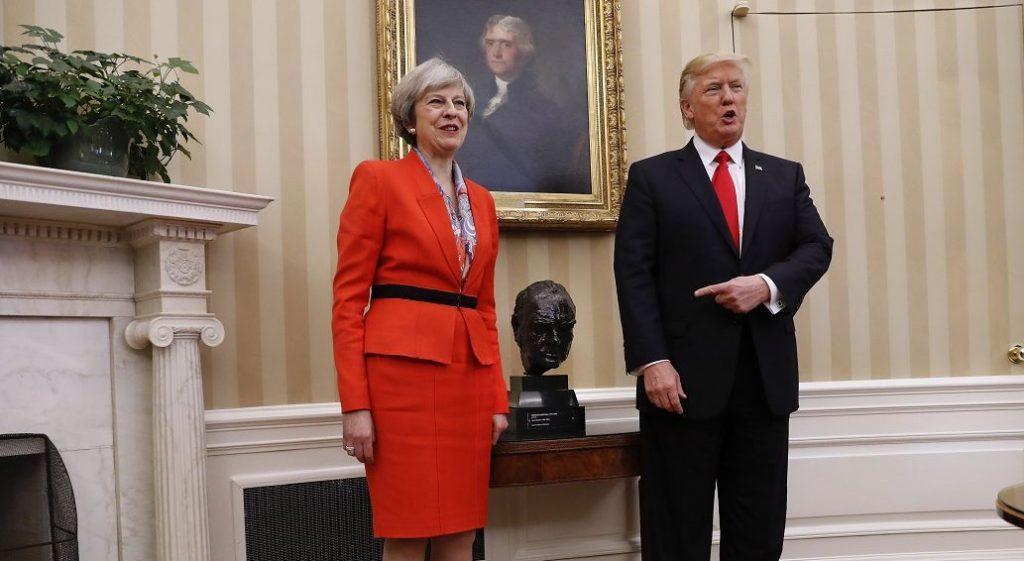 Washington, 2017. január 27. Donald Trump amerikai elnök (j) és Theresa May brit miniszterelnök a washingtoni Fehér Ház Ovális Irodájában 2017. január 27-én. May a január 20-án hivatalba lépett Donald Trump elsõ külföldi vendége. Középen Sir Winston Churchill néhai brit miniszterelnök bronz fejszobra. (MTI/AP/Pablo Martinez Monsivais)