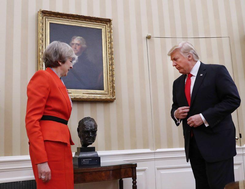 Washington, 2017. január 27. Donald Trump amerikai elnök (j) és Theresa May brit miniszterelnök Sir Winston Churchill néhai brit miniszterelnök fejszobra elõtt a washingtoni Fehér Ház Ovális Irodájában 2017. január 27-én. May a január 20-án hivatalba lépett Donald Trump elsõ külföldi vendége. (MTI/AP/Pablo Martinez Monsivais)