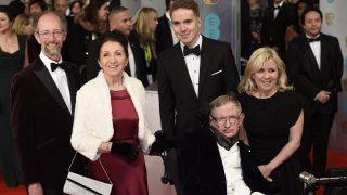 London, 2015. február 9.  Stephen Hawking brit elméleti fizikus (k) korábbi neje, Jane Hawking (b2) és lánya, Lucy Hawking társaságában a Brit Film- és Televíziós Mûvészeti Akadémia (BAFTA) díjkiosztóján a londoni Királyi Operaházban 2015. február 8-án. A Stephen Hawkingról szóló, A mindenség elmélete címû életrajzi dráma nyerte el a legjobb brit film díját, valamint a legjobb adaptált forgatókönyv díját is. A Hawkingot alakító Eddie Redmayne brit színész a legjobb színésznek járó elismerést vehette át. (MTI/EPA/Facundo Arrizabalaga)