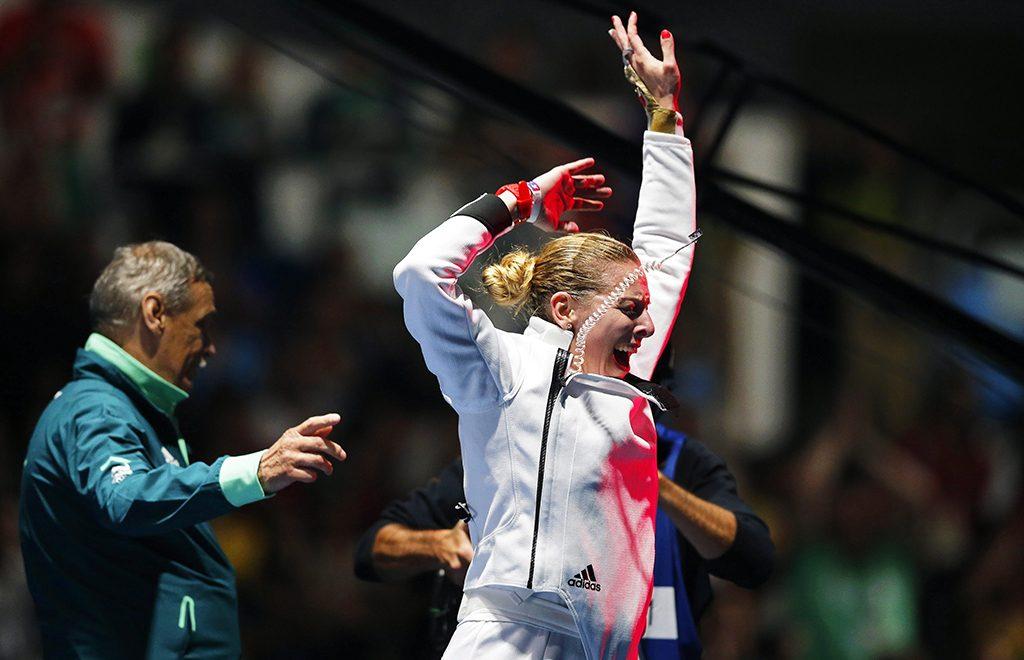 Rio de Janeiro, 2016. augusztus 6.Szász Emese ünnepel, miután győzött az olasz Rosella Fiamingo ellen a 2016-os riói nyári olimpia női párbajtőrversenye döntőjében a Rio de Janeiró-i 3-as Karióka Arénában 2016. augusztus 6-án. Szász Emese 15-13-ra nyert és olimpiai bajnok lett. Baloldalt edzője Kulcsár Győző. (MTI/EPA/Szergej Ilnyickij)