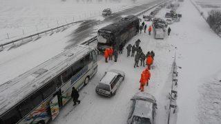 Nis, 2017. január 6. Autósok mentésében segédkezik a szerb csendõrség egy tömeges ütközés színhelyén, a dél-szerbiai Nis és Belgrád közötti autópályának a Nistõl 10 kilométerre esõ szakaszán 2017. január 6-án. A hó lepte sztrádán negyven gépjármû torlódott össze, huszonkét ember megsérült. (MTI/EPA/Djordje Savic)