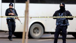Gaziantep, 2017. január 10. Rendõrök a délkelet-törökországi Gaziantep város központi rendõrkapitányságánál, ahol két, állítólag öngyilkos merényletre készülõ támadó tüzet nyitott rendõrökre az épület bejáratánál 2017. január 10-én. A tûzharcban az egyik támadót lelõtték, a tettestársa elmenekült, egy rendõr pedig könnyebben megsebesült. A merényletért egyelõre egyetlen szervezet sem vállalta a felelõsséget. (MTI/EPA)