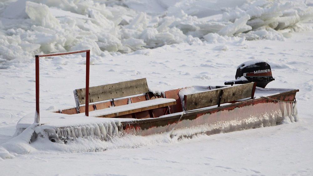Belgrád, 2017. január 10. 2017. január 10-én készült kép egy motorcsónakról, amely a Dunába fagyott Belgrádban. Szerbiában mínusz 20 Celsius-fokra süllyedt a levegõ hõmérséklete, a Duna 15 éve elõször fagyott be. (MTI/EPA/Andrej Cukic)