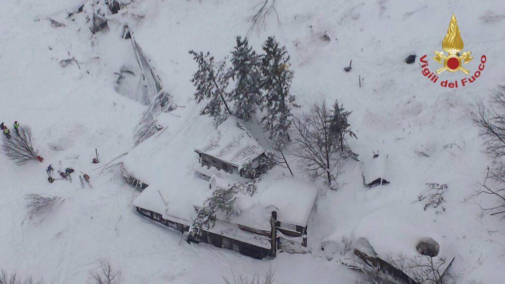 Pescara, 2017. január 19. Az olasz tûzoltóság által 2017. január 19-én közreadott kép a közép-olaszországi Pescarában lévõ Rigopiano di Farindola nevû hegyi szállóról, amelyet teljesen maga alá temett a lavina elõzõ nap. A hegyimentõ szolgálat szerint szerint akár 20 ember is a hótömeg alatt rekedhetett. (MTI/EPA/Olasz tûzoltóság)