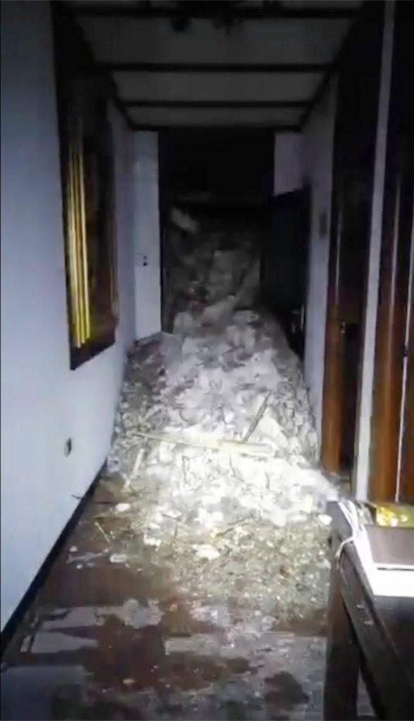 Farindola, 2017. január 19. Az olasz pénzügyõrség által 2017. január 19-én közreadott kép a közép-olaszországi Farindola település Rigopiano nevû hegyi szállójának belsejérõl, miután az épületet teljesen maga alá temette a lavina elõzõ nap. A hegyimentõ szolgálat szerint szerint akár 20 ember is a hótömeg alatt rekedhetett. (MTI/EPA/Olasz pénzügyõrség)