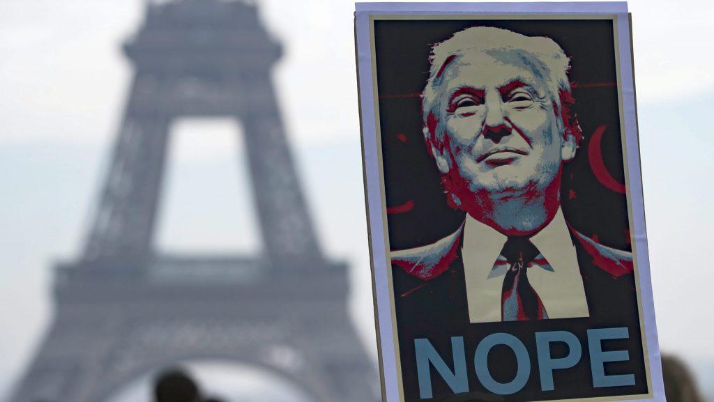 Párizs, 2017. január 22. Donald Trump amerikai elnököt ábrázoló transzparenst tart egy tüntetõ az elnök hivatalba lépését ellenzõ tiltakozáson az Eiffel-torony elõtt Párizsban 2017. január 21-én, Trump beiktatásának másnapján. A felirat az elnök politikájához fûzött remények tagadására utaló szójáték. (MTI/EPA/Ian Langsdon)