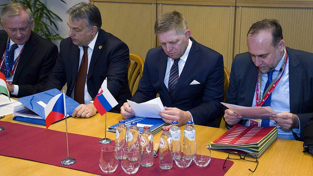 Brüsszel, 2016. december 15.Az Európai Tanács által közreadott képen Orbán Viktor miniszterelnök (b2), Robert Fico szlovák (j2) és Gottfried Péter, a kormányfő külpolitikai tanácsadója (b) a visegrádi csoport vezetőinek megbeszélésén, amelyet az Európai Unió brüsszeli csúcstalálkozója előtt tartanak 2016. december 15-én. (MTI/Európai Tanács/Marie Sandon)