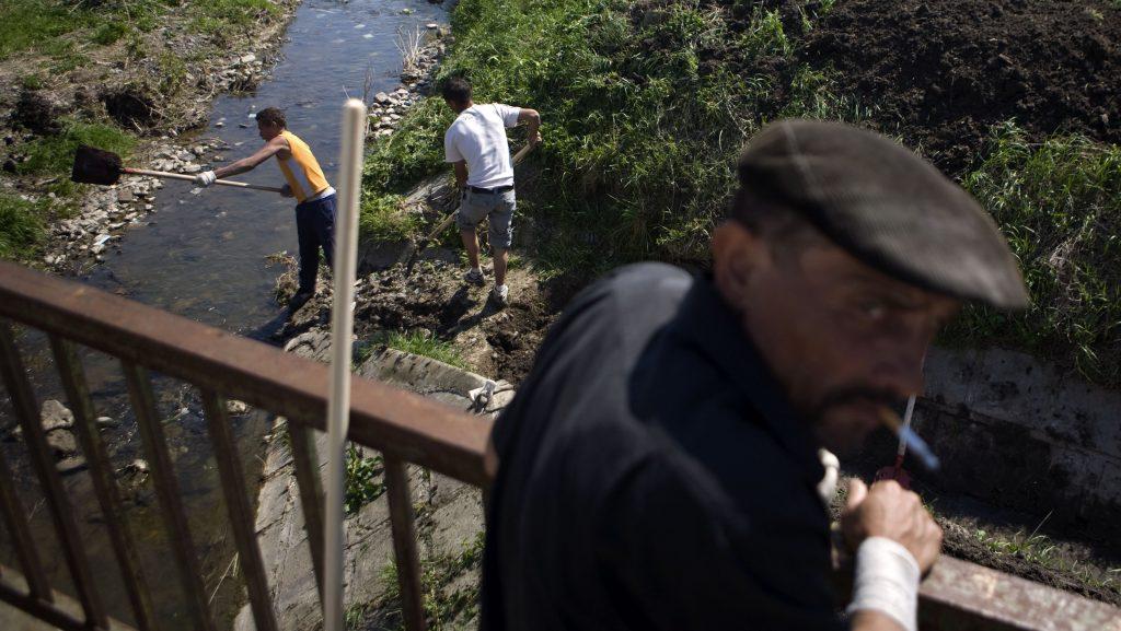 Image: 72973805, Konfliktus helyzet alakult ki a gyöngyöspatai romák és a magát Véderõnek nevezett mozgalom tagjai között. A szervezet tábort nyitott és katonai alapismereteket oktatott volna nem messze a romák lakta településrésztõl. A romák eközben takarítják a pataksort a Föld Napja alkalmából, Place: Gyöngyöspata, Hungary, License: Rights managed, Model Release: No or not aplicable, Property Release: Yes, Credit: smagpictures.com