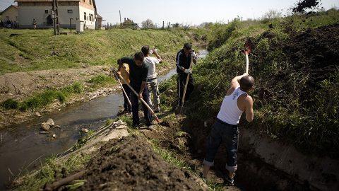 Image: 72973831, Konfliktus helyzet alakult ki a gyöngyöspatai romák és a magát Véderőnek nevezett mozgalom tagjai között. A szervezet tábort nyitott és katonai alapismereteket oktatott volna nem messze a romák lakta településrésztől. A romák eközben takarítják a pataksort a Föld Napja alkalmából, Place: Gyöngyöspata, Hungary, License: Rights managed, Model Release: No or not aplicable, Property Release: Yes, Credit: smagpictures.com