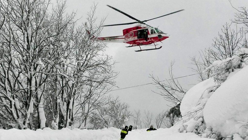 Pescara, 2017. január 19. Az olasz hegyimentõ szolgálat által 2017. január 19-én közreadott kép egy mentõhelikopterrõl útban a közép-olaszországi Pescarában lévõ Rigopiano di Farindola nevû hegyi szállóba, amelyet teljesen maga alá temett a lavina elõzõ nap. A hegyimentõk szerint szerint akár 20 ember is a hótömeg alatt rekedhetett. (MTI/EPA/Olasz hegyimentõ szolgálat)       handout picture provided by rescuers shows the hotel Rigopiano after it was hit by an avalanche in Farindola (Pescara), Abruzzo region, early 19 January 2017. According to an Italian mountain rescue team, several people have been killed in an avalanche that has hit a hotel near the Gran Sasso mountain in Abruzzo region. Authorities believe that the avalanche was apparently triggered by a series of earthquakes in central Italy on 18 January.  EPA/ITALIAN MOUNTAIN RESCUE HANDOUT  HANDOUT EDITORIAL USE ONLY/NO SALES