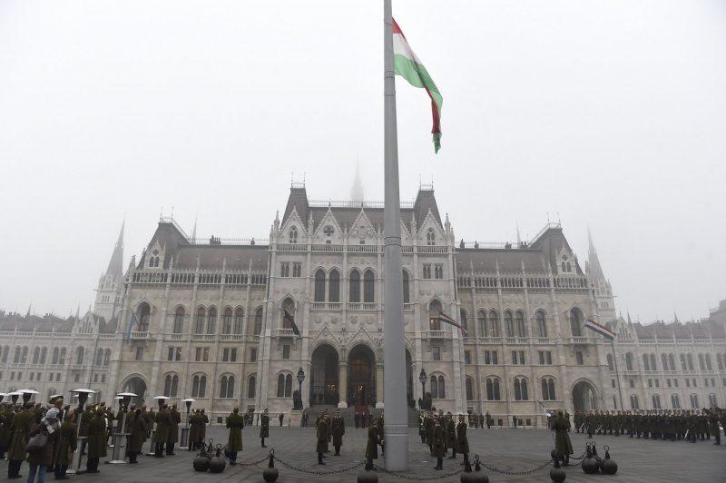 Budapest, 2017. január 23. Katonai tiszteletadással felvonják, majd félárbócra eresztik a nemzeti lobogót a veronai buszbaleset áldozataiért elrendelt nemzeti gyásznapon az Országház előtti Kossuth Lajos téren 2017. január 23-án. Január 20-án éjjel az olaszországi Verona közelében balesetet szenvedett egy magyar fiatalokat szállító busz, tizenhatan meghaltak, huszonhatan megsérültek. A buszon a budapesti Szinyei Merse Pál Gimnázium tanulói, volt diákok, tanárok és egyikük családja utazott. MTI Fotó: Kovács Tamás