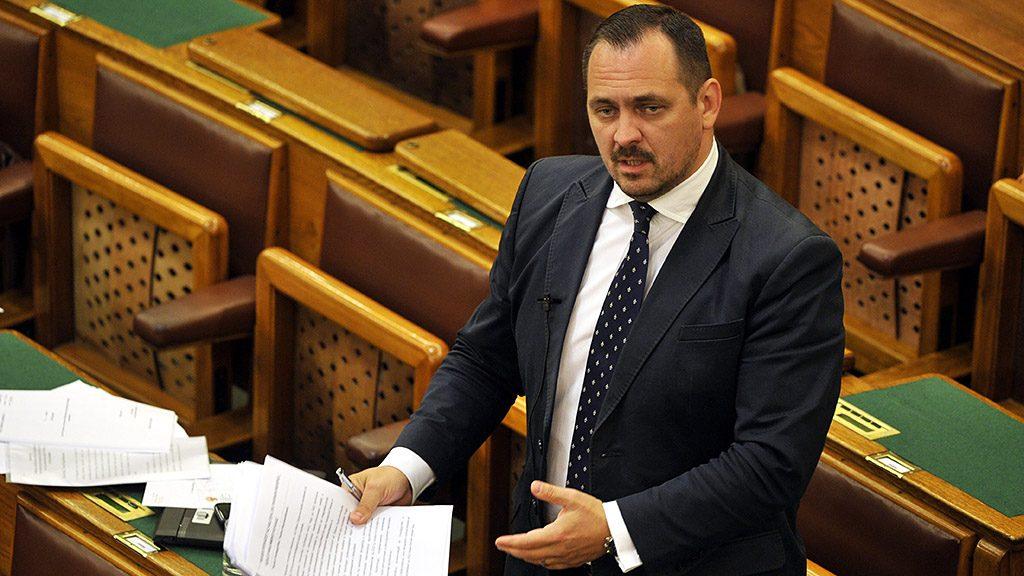Budapest, 2016. június 8.Mengyi Roland (Fidesz), az Országgyűlés gazdasági bizottságának alelnöke felszólal az Állami Számvevőszék (ÁSZ) tavalyi  tevékenységéről szóló beszámoló általános vitájában az Országgyűlés plenáris ülésén 2016. június 8-án.MTI Fotó: Kovács Attila