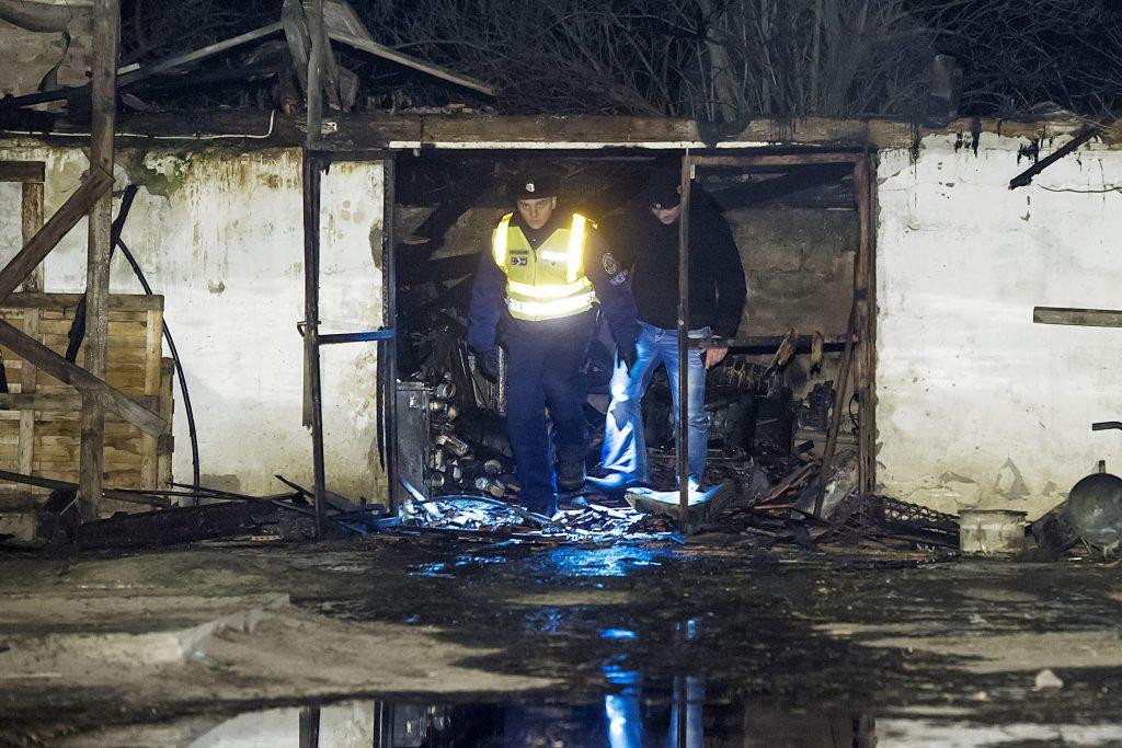 Kiskunlacháza, 2017. január 26. Rendõrök vizsgálódnak egy leégett épületben Kiskunlacháza külterületén, ahol kigyulladt egy állatmenhely 2017. január 25-én este. Mintegy hatvan kutya bennégett a 200-300 négyzetméteres épületben keletkezett tûzben. Az állatmenhelyen a kutyákon kívül macskák is vannak. MTI Fotó: Lakatos Péter