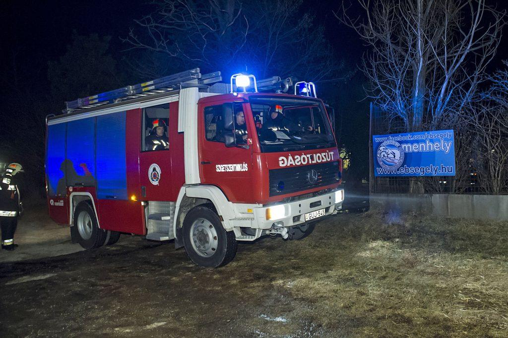 Kiskunlacháza, 2017. január 26. Tûzoltók Kiskunlacháza külterületén egy állatmenhelynél, ahol kigyulladt egy épület 2017. január 25-én este. Mintegy hatvan kutya bennégett a 200-300 négyzetméteres épületben keletkezett tûzben. Az állatmenhelyen a kutyákon kívül macskák is vannak. MTI Fotó: Lakatos Péter