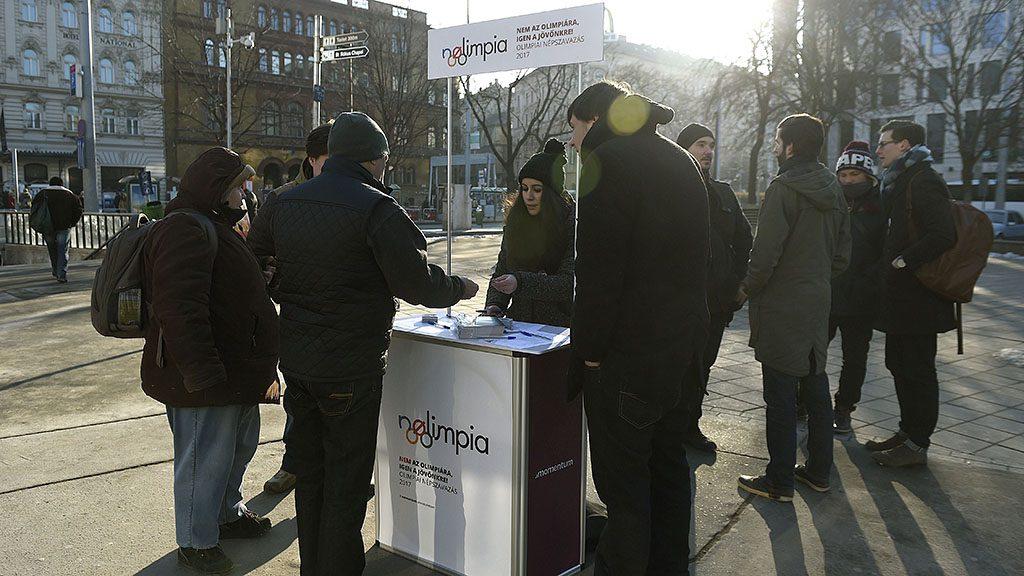 Budapest, 2017. január 19.A Momentum Mozgalom aktivistái aláírást gyűjtenek a Blaha Lujza téren 2017. január 17-én a 2024-es nyári olimpia budapesti megrendezése ellen. A Momentum az elkövetkező 30 napban azért gyűjt aláírásokat, hogy népszavazáson lehessen eldönteni Budapest rendezzen-e olimpiát, ha ennek jogát elnyeri a nemzetközi pályázaton.MTI Fotó: Bruzák Noémi