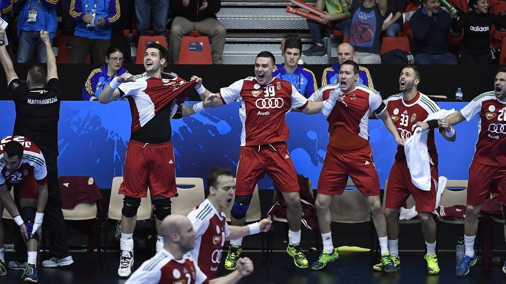 Hungary's left back Richard Bodo (C), Hungary's pivot Szabolcs Szollosi (R), Hungary's right back Gabor Ancsin (2ndR) and teammates react on the bench in the last seconds of the 25th IHF Men's World Championship 2017 eighth final handball match Hungary vs Denmark on January 22, 2017 at the Halle Olympique in Albertville.  / AFP PHOTO / PHILIPPE DESMAZES