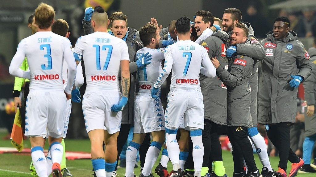 Napoli's midfielder from Italy Lorenzo Insigne celebrates with teammates after scoring a goal during the Italian Serie A football match between AC Milan and Napoli at the San Siro Stadium in Milan on January 21, 2017. / AFP PHOTO / GIUSEPPE CACACE