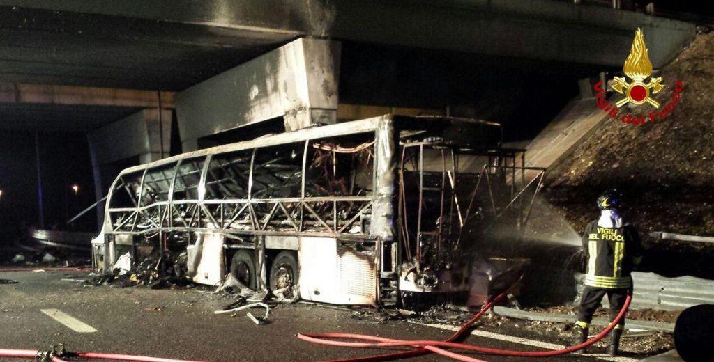 Verona, 2016. január 21. Olasz tûzoltók által készített felvétel a magyar diákokat szállító, kiégett autóbuszról az olaszországi A4-es autópályán egy veronai csomópontnál 2016. január 21-én. A Franciaországból hazafelé tartó busz balesetében tizenhat középiskolás diákok életét vesztette, a sérültek száma 39. (MTI/EPA/Vigili Del Fuoco)