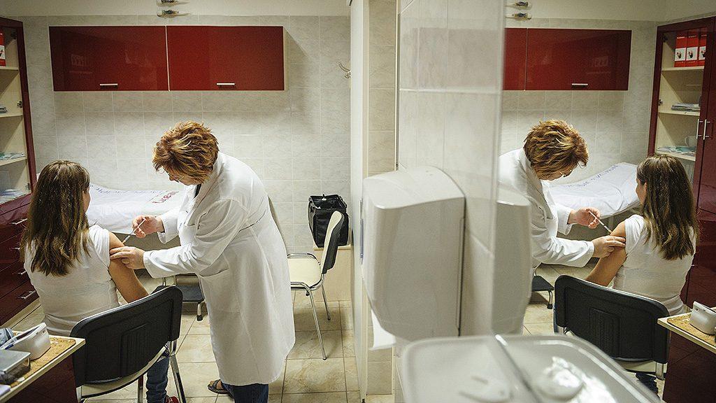 Debrecen, 2016. november 23.Dézsi Ágnes háziorvos influenza elleni védőoltást ad be egy páciensnek Debrecenben 2016. november 23-án. Az idei szezonban a 60 éven felüliek és a rizikócsoportba tartozók védőoltásához 1,3 millió adag térítésmentes influenza elleni oltóanyag áll rendelkezésre.MTI Fotó: Czeglédi Zsolt