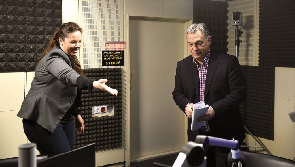 Budapest, 2017. január 13. Orbán Viktor miniszterelnök érkezik a Kossuth Rádió stúdiójába, ahol interjút ad Kocsis Éva műsorvezetőnek a 180 perc című műsorban 2017. január 13-án. MTI Fotó: Bruzák Noémi