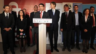 Budapest, 2014. április 7. Mesterházy Attila, a Magyar Szocialista Párt (MSZP) elnöke, az ellenzéki összefogás miniszterelnök-jelöltje (középen) beszédet mond a párt eredményváró rendezvényén az MSZP Jókai utcai székházában az országgyûlési képviselõ-választáson 2014. április 7-én. Mellette Bajnai Gordon volt miniszterelnök, az Együtt-PM szövetség vezetõje, Boruzs András, a Magyar Liberális Párt (MLP) egyik alapítója és pártigazgatója, Szabó Tímea, a Párbeszéd Magyarországért (PM) társelnöke, Gúr Nándor, az MSZP alelnöke, Molnár Zsolt, az MSZP országgyûlési képviselõje, Fodor Gábor, az MLP elnöke, Gyurcsány Ferenc volt miniszterelnök, a Demokratikus Koalíció (DK) elnöke, Molnár Csaba és Vadai Ágnes, a DK alelnökei és Horváth Csaba, az MSZP alelnöke (b-j). MTI Fotó: Kovács Attila