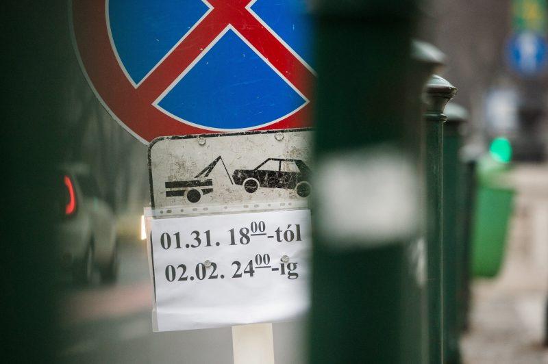 Budapest, 2017. január 30. Ideiglenes megállási és parkolási tilalmat jelzõ tábla az Andrássy úton 2017. január 30-án. Vlagyimir Putyin orosz elnök február 2-i budapesti látogatása miatt a város több pontján január 31-én reggel 8 órától február 2-án 24 óráig várakozási tilalmat rendeltek el. MTI Fotó: Balogh Zoltán