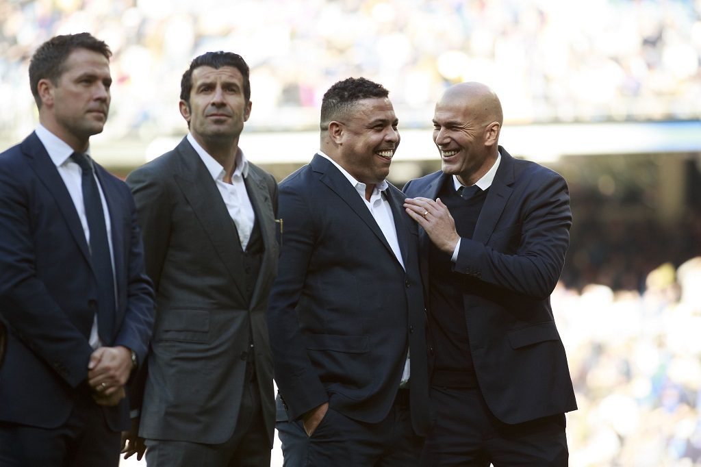 MADRID, SPAIN - JANUARY 07:  Head coach Zinedine Zidane (R) of Real Madrid CF jokes with ex-player Ronaldo Nazario close to ex players Luis Figo (2ndR) and Michael Owen (L) prior to start the La Liga match between Real Madrid CF and Granada CF at Estadio Santiago Bernabeu on January 7, 2017 in Madrid, Spain.  (Photo by Gonzalo Arroyo Moreno/Getty Images)