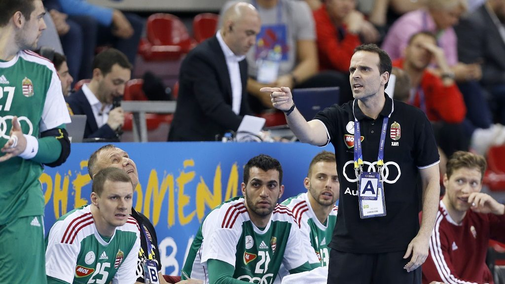 Hungary's spanish head coach Xavier Sabate (R) gives instructions during the 25th IHF Men's World Championship 2017 Group C handball match Hungary vs Chile on January 16, 2017 at the Kindarena in Rouen. / AFP PHOTO / CHARLY TRIBALLEAU