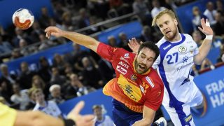 Spain's left back Iosu Goni (C) shoots past Iceland's centre back Gunnar Steinn Jonsson during the 25th IHF Men's World Championship 2017 Group B handball match Spain vs Iceland on January 12, 2017 at the Arenes de Metz in Metz. / AFP PHOTO / JEAN-CHRISTOPHE VERHAEGEN