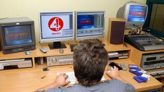 Budapest, 2005. október 17.Börzsönyi Gábor vágó a vágószobában. Egy újabb kereskedelmi tv-csatorna kezdi meg kísérleti adását novembertől. A Story névre keresztelt csatorna napi 18 órában az Amos műholdról sugározza már kísérleti adását és a tervek szerint minden kábelháztartásban fogható lesz, legkésőbb január 01-től a külföldi és magyar sztárokról szóló szórakoztató műsora. MTI Fotó: Balaton József