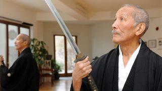 Pécs, 2012. január 6.Suzuki Kimiyoshi karddal a kezében az otthonában lévő edzőteremben. Suzuki Kimiyoshi húsz éve költözött Japánból Magyarországra, Pécsre. Tokióban fotózással foglalkozott, Pécsett a Mecsek oldalban lévő házában az ősi japán harcművészetet, a kendót űzi. Szamuráj nagyapjának obeliszket állítottak Japánban, Hokkaido szigetén.MTI Fotó: Kálmándy Ferenc