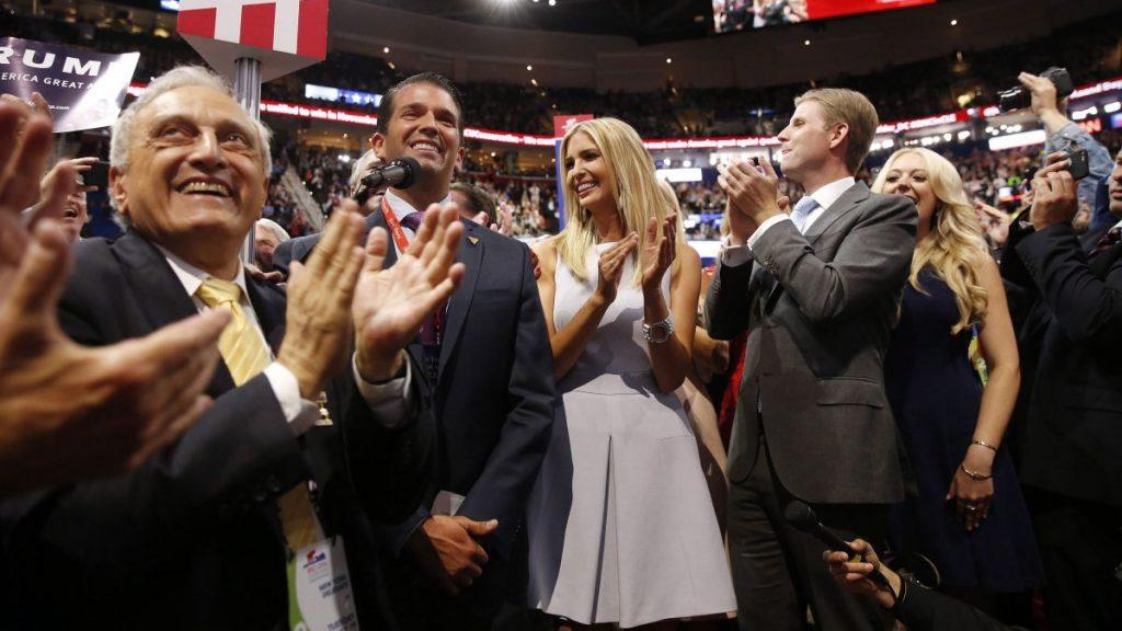 Cleveland, 2016. július 20. Donald Trump Jr., Donald Trump amerikai üzletember fia (b2), és testvérei, Ivanka, (k) Eric (j2) és Tiffany tapsolnak, miután Trumpot hivatalosan is a Republikánus Párt elnökjelöltjévé választották a republikánusok négynapos elnökjelölt-állító konvenciójának második napján az Ohio állambeli Clevelandben 2016. júlus 19-én. (MTI/EPA/Michael Reynolds)