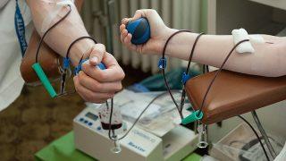 Dunaújváros, 2012. január 31.Orvosok vért adnak a dunaújvárosi Szent Pantaleon Kórház-Rendelőintézet vértranszfúziós osztályán, ahol 48 egészségügyi dolgozó csatlakozott a Magyar Orvosok Szövetsége által meghirdetett Vérünkkel a magyar egészségügyért elnevezésű akcióhoz. A kezdeményezés célja, hogy az egészségügyben dolgozók is hozzájáruljanak az országban jelentkezett vérhiány enyhítéséhez.MTI Fotó: Koszticsák Szilárd
