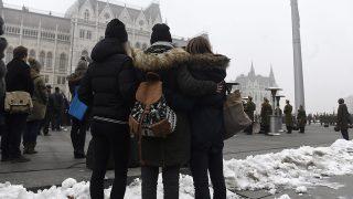 Budapest, 2017. január 23.A budapesti Szinyei Merse Pál Gimnázium tanulói az Országház előtti Kossuth Lajos téren, ahol katonai tiszteletadással felvonták, majd félárbócra eresztették a nemzeti lobogót a veronai buszbaleset áldozataiért elrendelt nemzeti gyásznapon 2017. január 23-án. Január 20-án éjjel az olaszországi Verona közelében balesetet szenvedett egy magyar fiatalokat szállító busz, tizenhatan meghaltak, huszonhatan megsérültek. A buszon a budapesti Szinyei Merse Pál Gimnázium tanulói, volt diákok, tanárok és egyikük családja utazott.MTI Fotó: Kovács Tamás