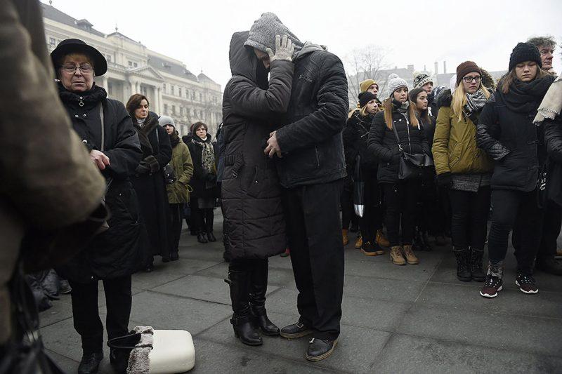 Budapest, 2017. január 23.A budapesti Szinyei Merse Pál Gimnázium tanulói és tanárai az Országház előtti Kossuth Lajos téren, ahol katonai tiszteletadással felvonták, majd félárbócra eresztették a nemzeti lobogót a veronai buszbaleset áldozataiért elrendelt nemzeti gyásznapon 2017. január 23-án. Január 20-án éjjel az olaszországi Verona közelében balesetet szenvedett egy magyar fiatalokat szállító busz, tizenhatan meghaltak, huszonhatan megsérültek. A buszon a budapesti Szinyei Merse Pál Gimnázium tanulói, volt diákok, tanárok és egyikük családja utazott.MTI Fotó: Kovács Tamás