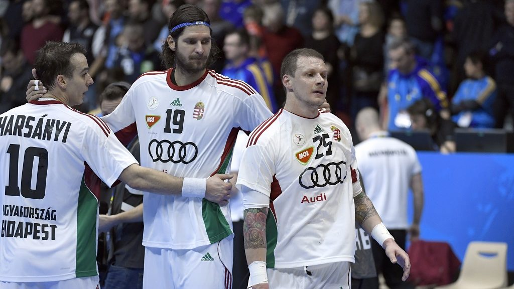 (From L) Hungary's right wing Gergely Harsanyi, Hungary's right back Laszlo Nagy and Hungary's pivot Szabolcs Zubai react after losing the 25th IHF Men's World Championship 2017 quarter final handball match Norway vs Hungary on January 24, 2017 at the Halle Olympique in Albertville. / AFP PHOTO / Philippe DESMAZES