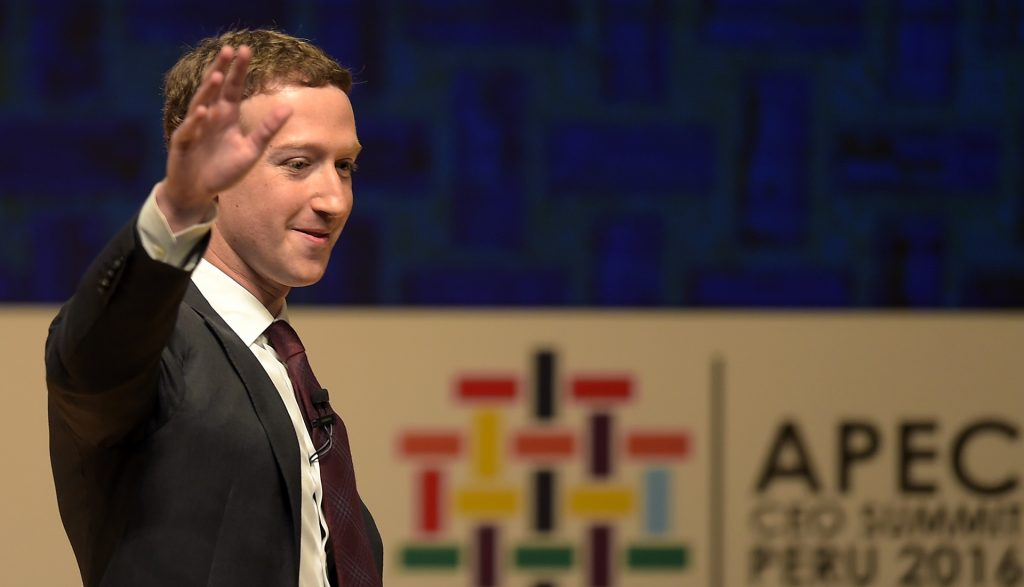 Facebook CEO and chairman Mark Zuckerberg waves after speaking at the APEC CEO Summit session, part of the broader Asia-Pacific Economic Cooperation (APEC) Summit in Lima on November 19, 2016. Peru's President Pedro Pablo Kuczynski opened the summit of Asia-Pacific leaders on November 18 urging them to robustly defend free trade against protectionist trends in the United States and Europe. / AFP PHOTO / Rodrigo BUENDIA